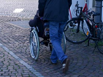 Der Rollstuhl ist eine unerlässliche Mobilitätshilfe