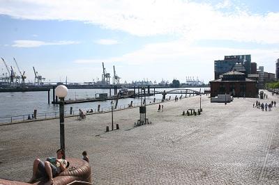 Seniorenreisen in den Hamburger Hafen sind populär