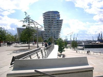 Senioren sind begeistert von der Pracht der Hafencity in Hamburg