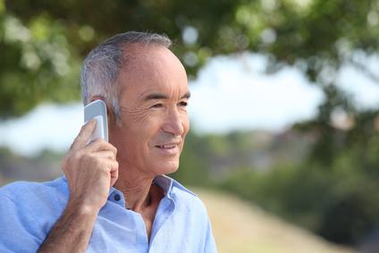 Senioren nutzen das Handy viel seltener als junge Menschen