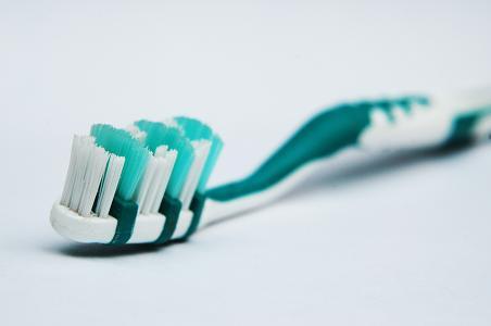 Besonders Senioren sollten auf Zahnpflege und gute Mundhygiene wert legen