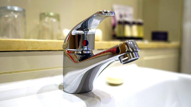 Sauberkeit Und Hygiene Im Bad Sind Enorm Wichtig. Wer Regelmäßig Sein Bad  Putzen Muss, Kämpft Oftmals Mit Den Unterschiedlichsten Flecken Und  Problemen.